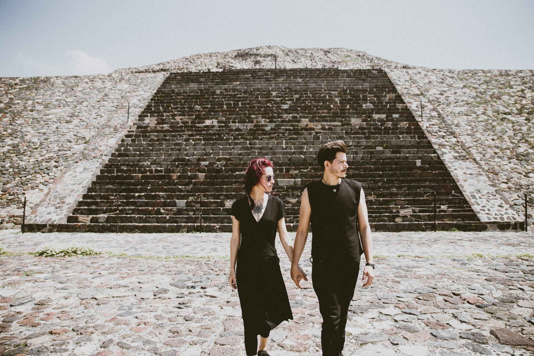 couple walking in teotihuacan piramides